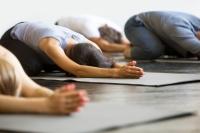 Yoga sur tapis - en entreprise - Position de l'enfant
